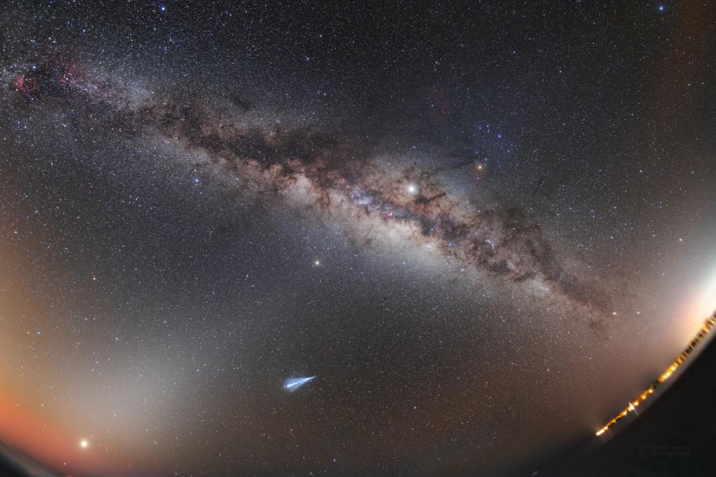 "A rocket ""comet"" in the Maledivean skies"