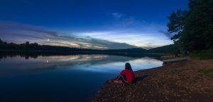 Dívka, planety a svítící oblaky