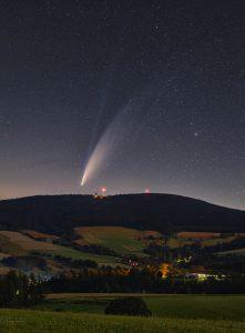 Kometa NEOWISE vychází